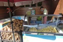 Трудолюбивый китайский паренек чистит ананасики