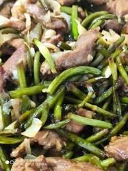 Свинина с чесночными стрелками по-китайски