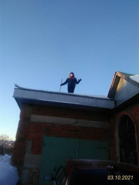 Илья на крыше гаража