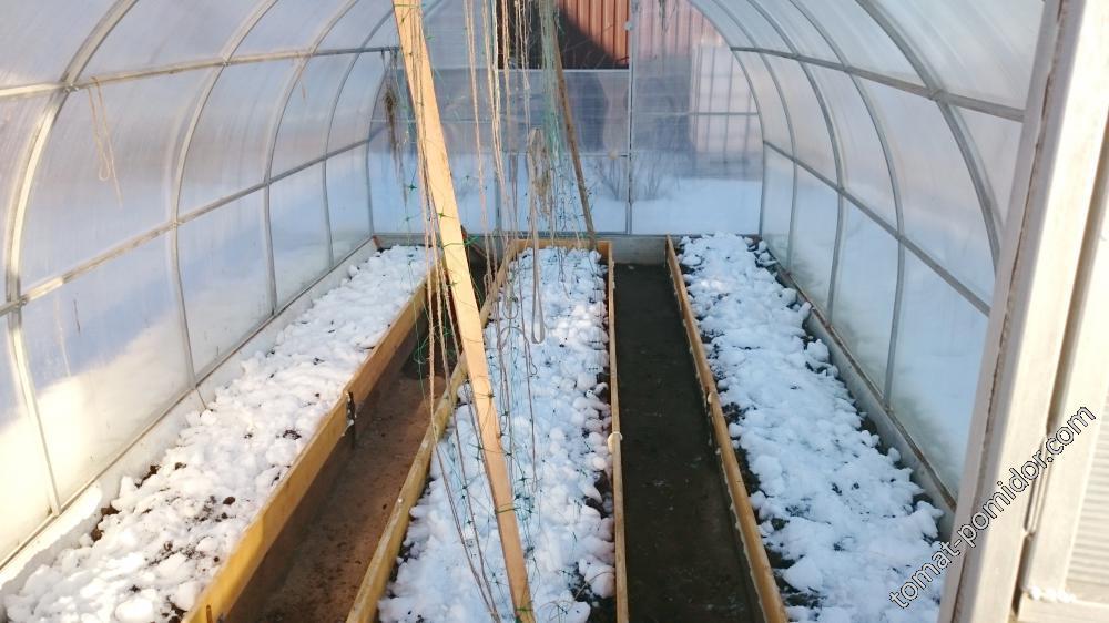 Снег тает во второй теплице