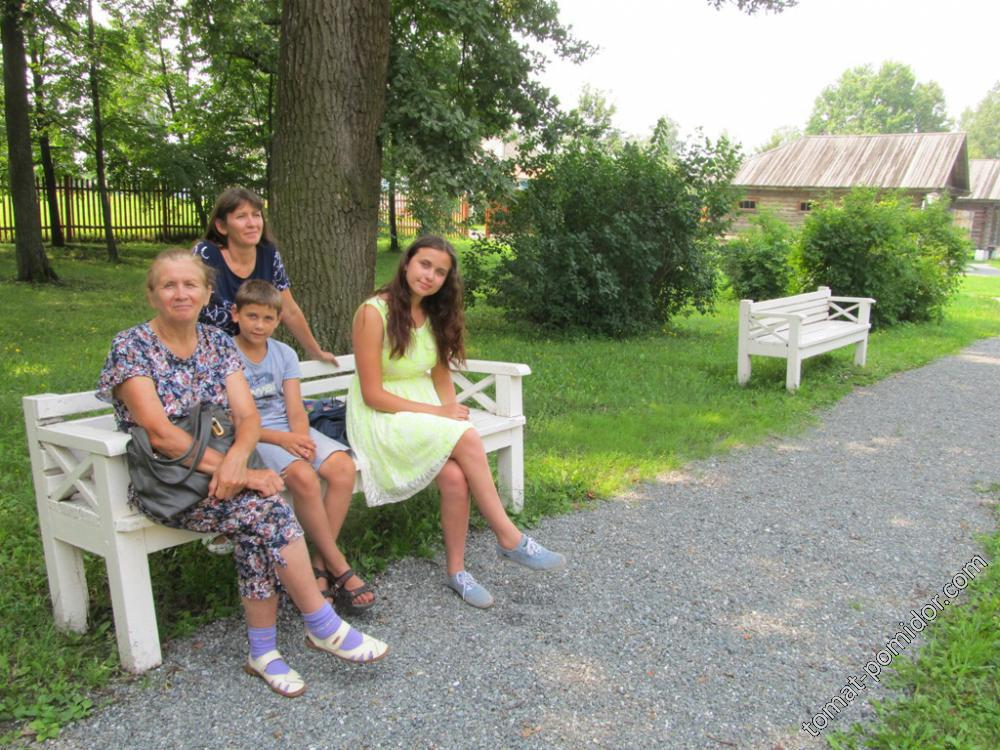 С дочкой и внуками