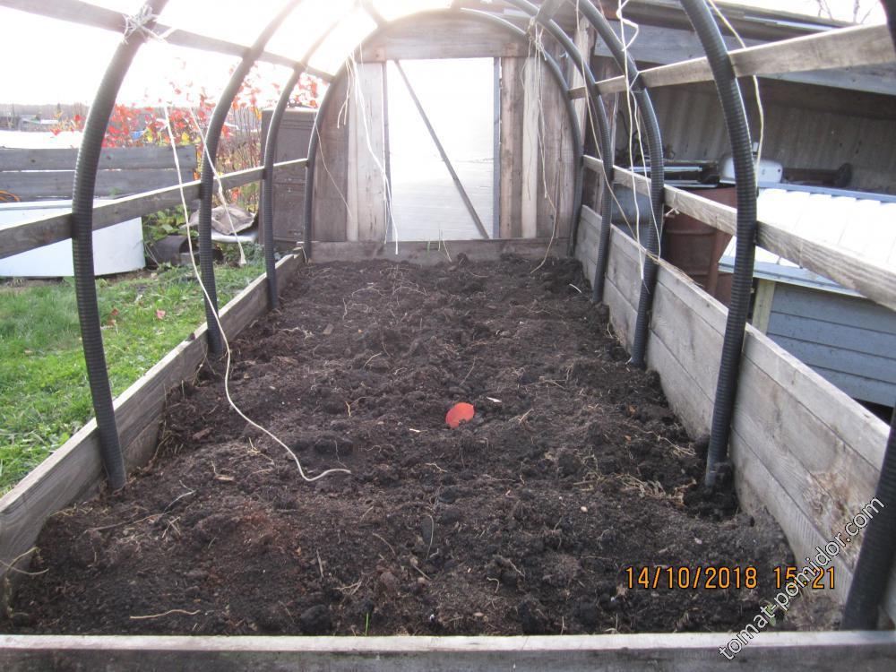 Осенняя подготовка почвы в переносной теплице